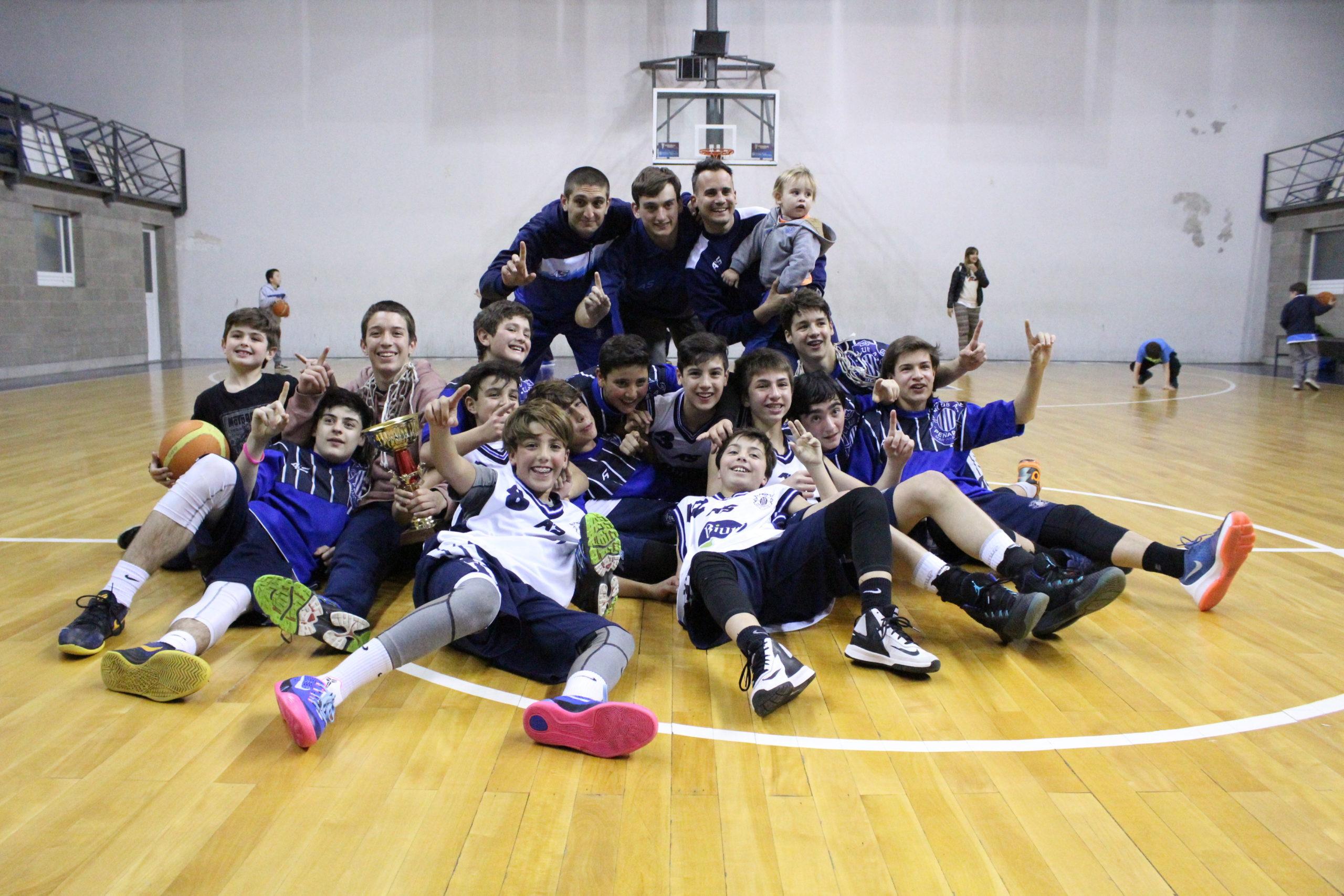 Los chicos del U13 de Peñarol festejando el pasaje al Provincial. (Foto: Prensa Peñarol)