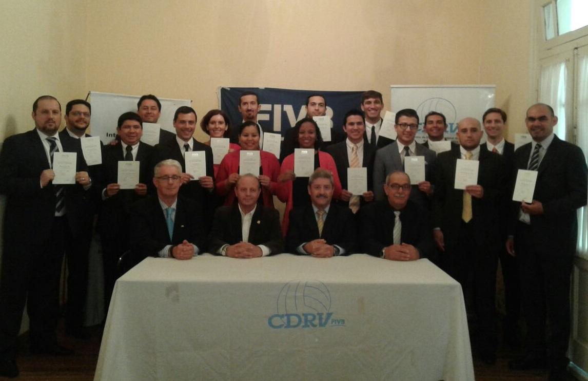 Los candidatos a árbitros internacional y las autoridades que participaron del curso en Mar del Plata.