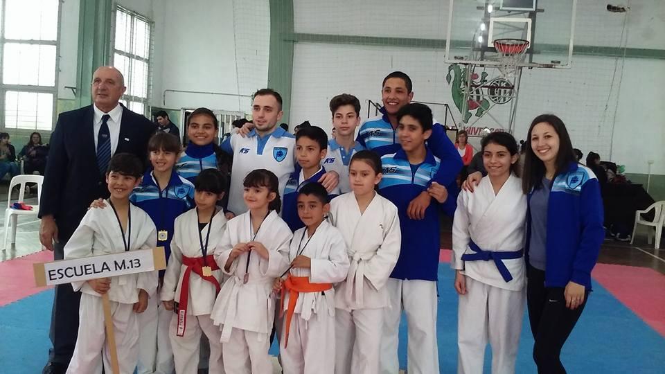 Los representantes de la Escuela Municipal 13 que ganó el Regional de Karate. (Foto: Prensa EMDER)