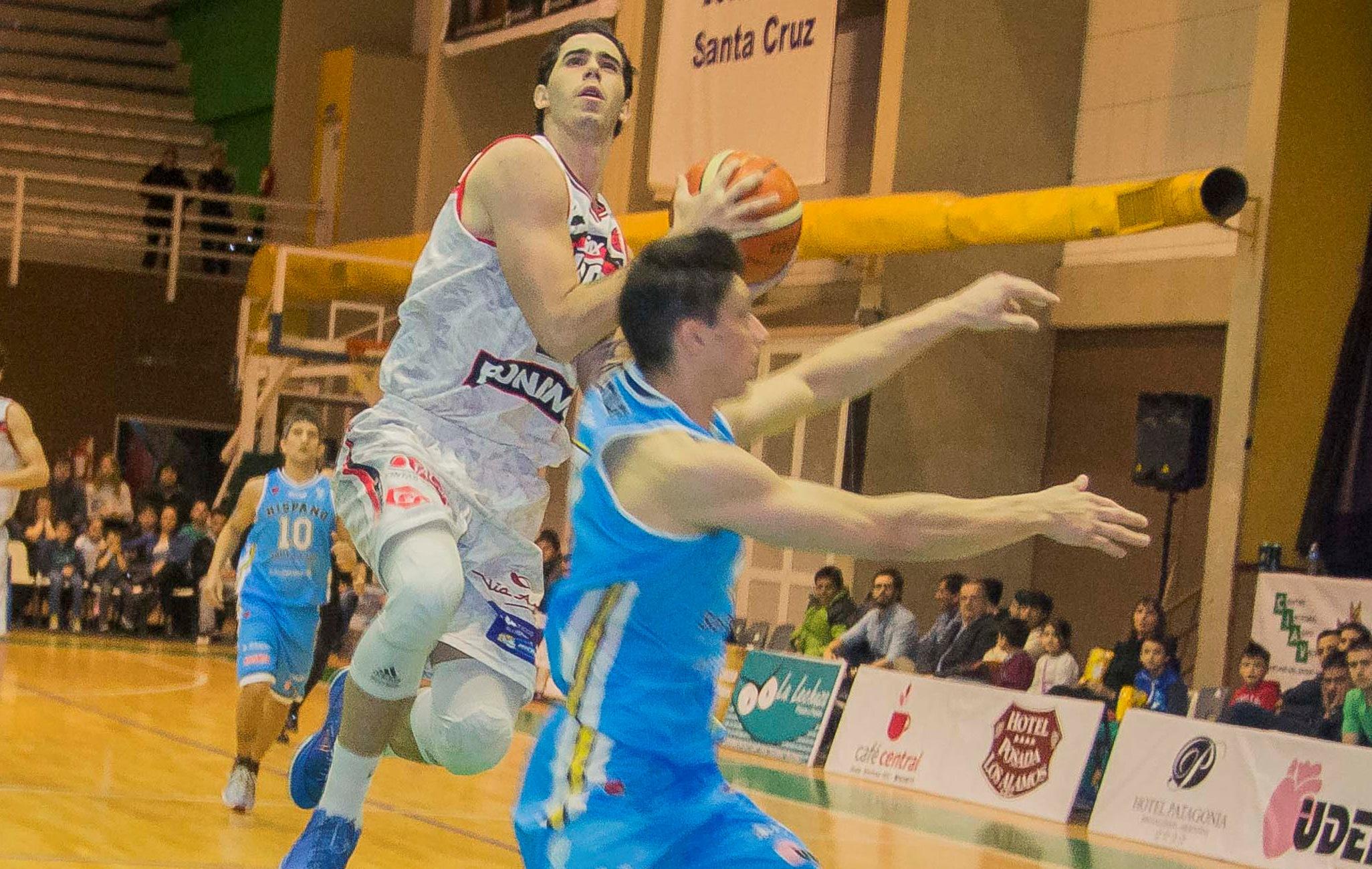Luca Vildoza en el aire, camino al aro. (Foto: Ernesto Sánchez - Laliganacional.com.ar)