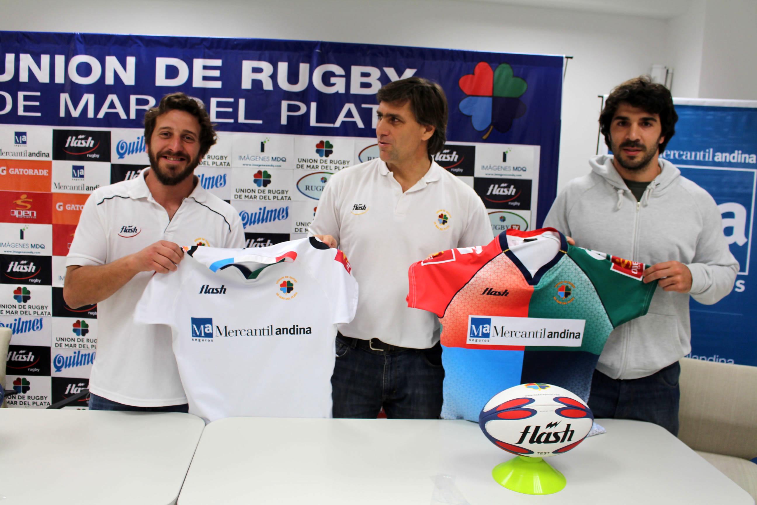 Iza, Villén y Riego mostrando las camisetas de la Selecciòn. (Foto: Prensa URMDP)