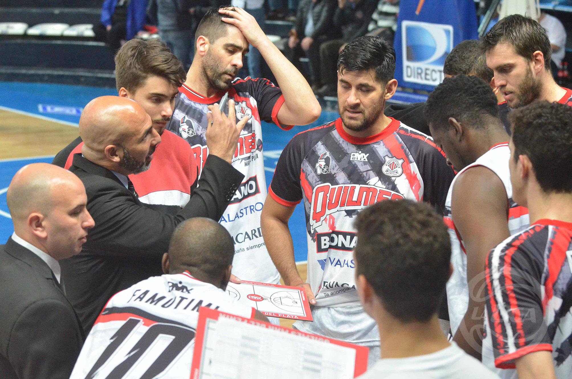 Javier Bianchelli dando indicaciones durante un minuto. (Foto: Prensa Bahía Basket)