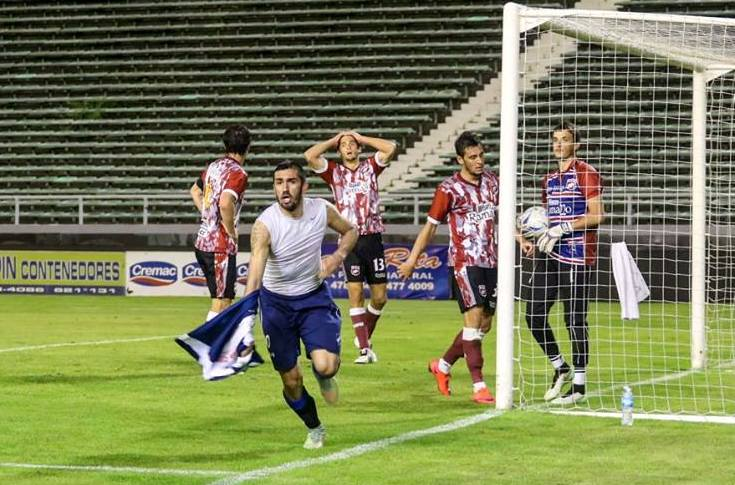Patricio Escott comenzando el festejo luego del gol. (Foto: Florencia Arroyos)