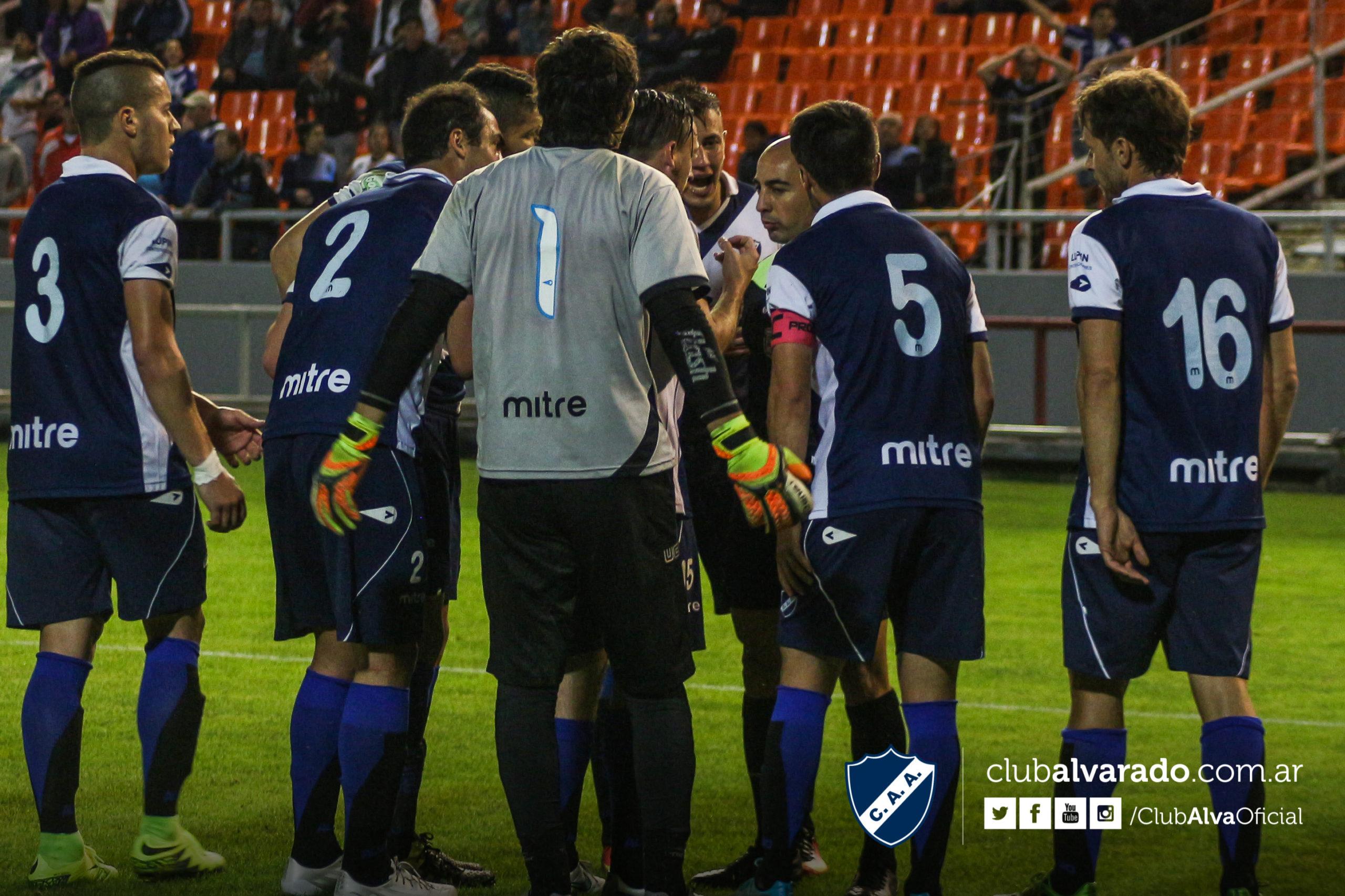 Los jugadores de Alvarado en pleno reclamo al árbitro. (Foto: Florencia Arroyos - Club Alvarado)