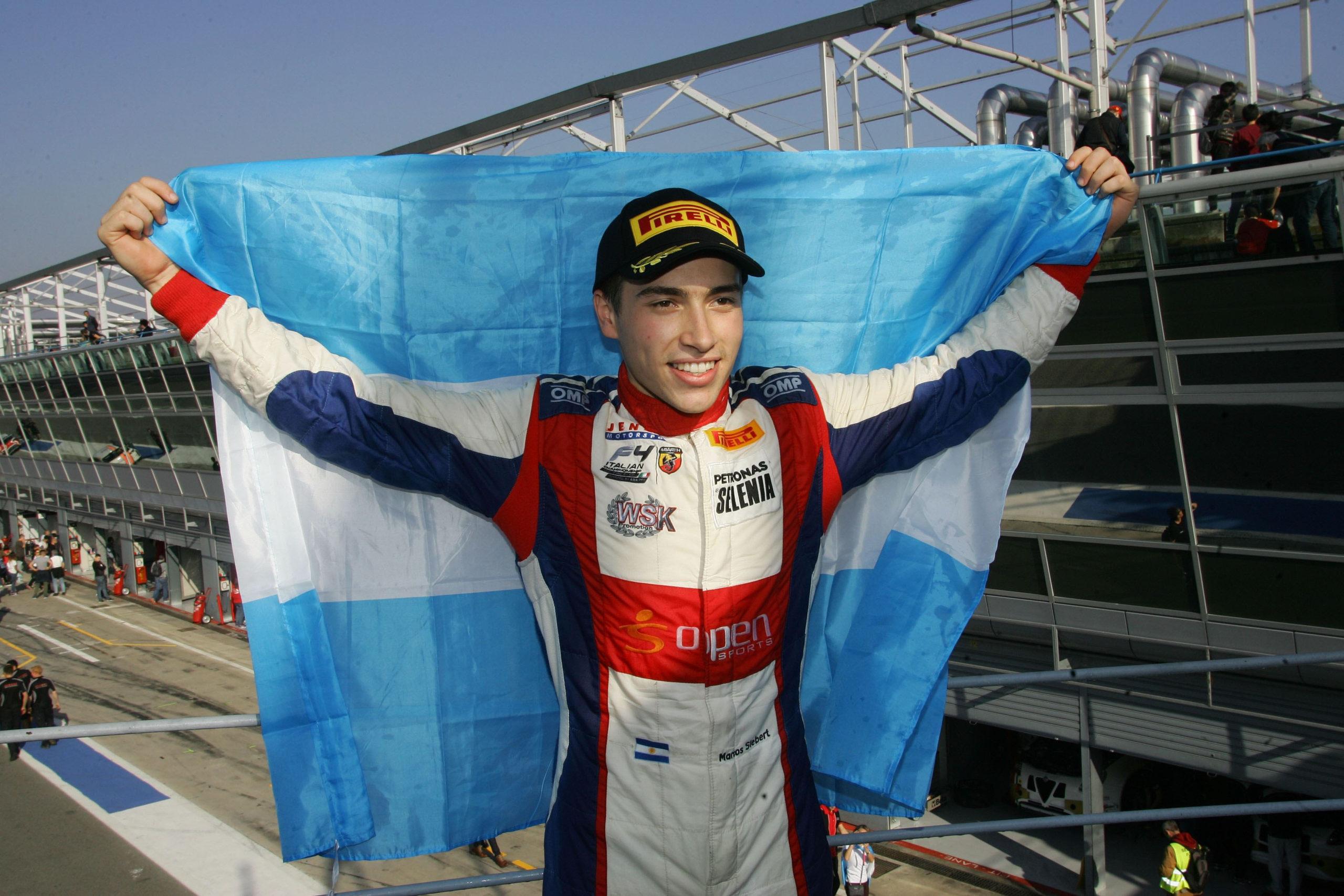 El marplatense Marcos Siebert festejando el campeonato de la Fórmula 4 Italiana.