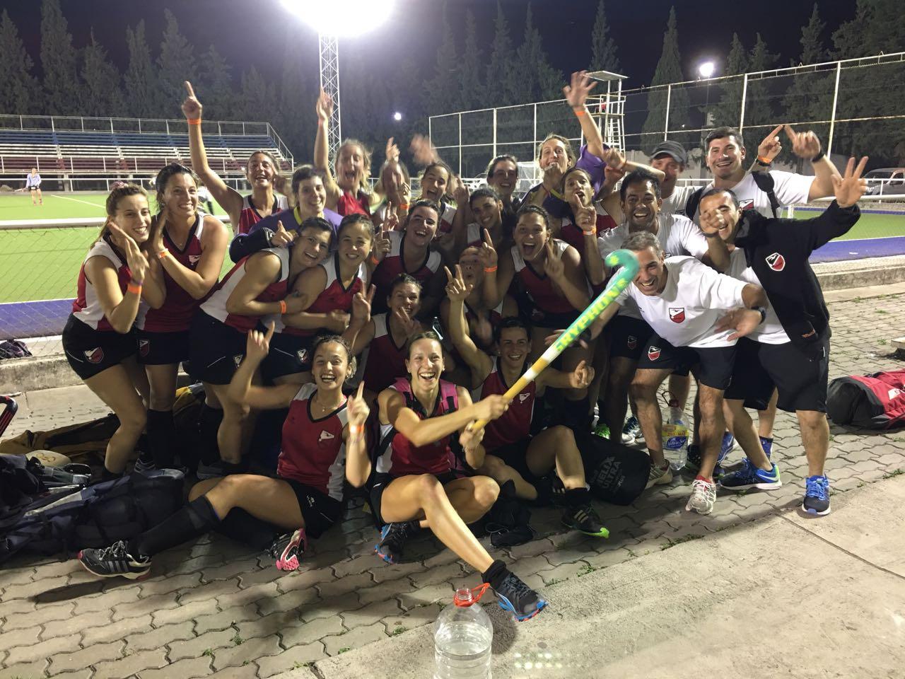 El equipo marplatense celebrando la importante victoria frente a Bahía Blanca.