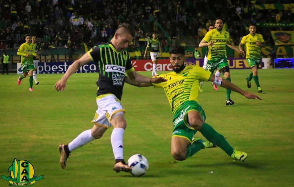 Neri Bandiera intenta desbordar a Alexander Barboza. (Foto: Sergio Biale - Club Aldosivi)
