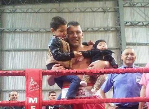 Roberto Bolonti con sus hijos luego de la victoria.