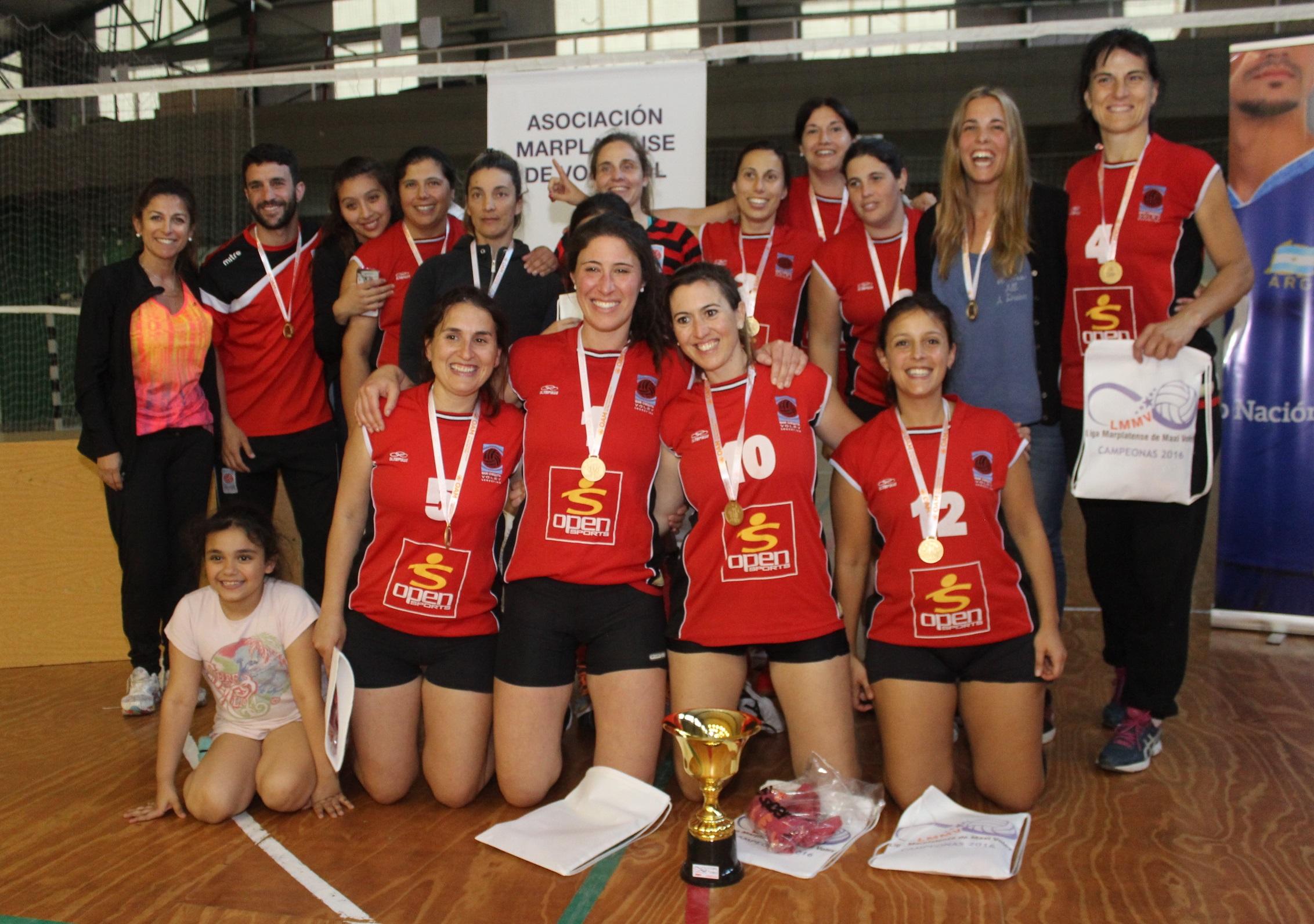 Las jugadoras de Mar Chiquita con la Copa de Oro.