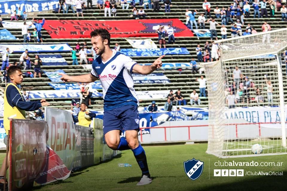 Joaquín Susvielles celebra el gol ante Rivadavia. (Foto: Florencia Arroyos - Club Alvarado)