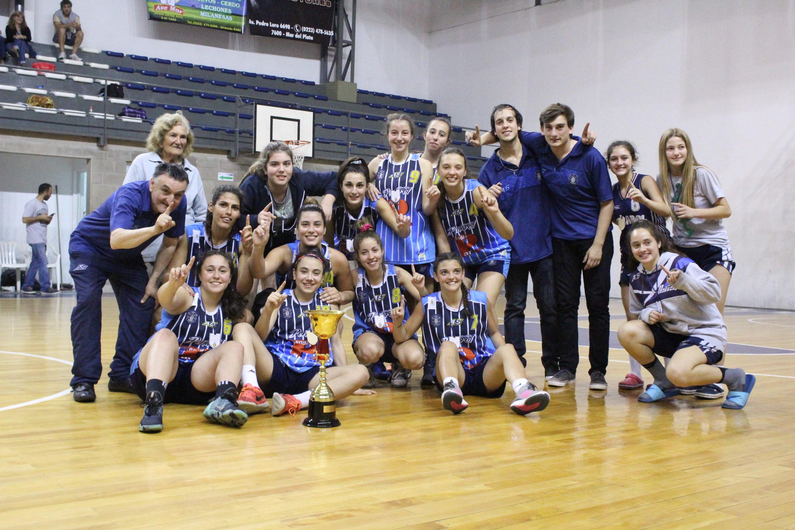 El plantel campeón del Zona 4 Femenino de categoría U21. (Foto: Prensa Peñarol)