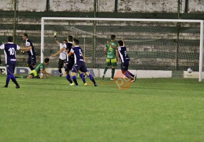 Alvarado celebra el gol de Molina en Pico. (Foto: Pampa Deportiva)