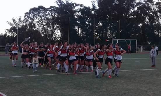 La vuelta olímpica de las chicas de Banco Provincia luego de la consagración. (Foto: Facebook)