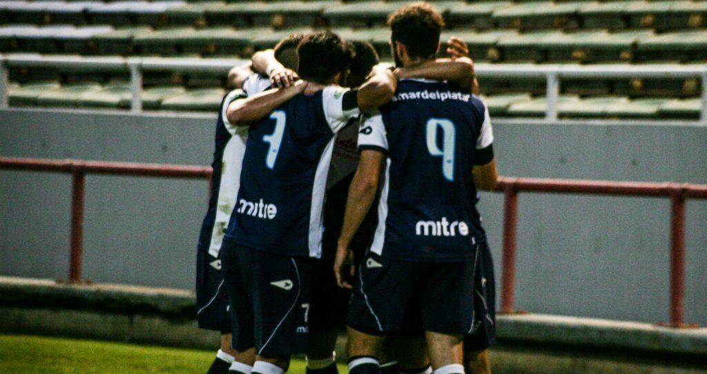 Todos abrazan a Patricio Escott autor del único gol del partido. (Foto: Prensa Alvarado)