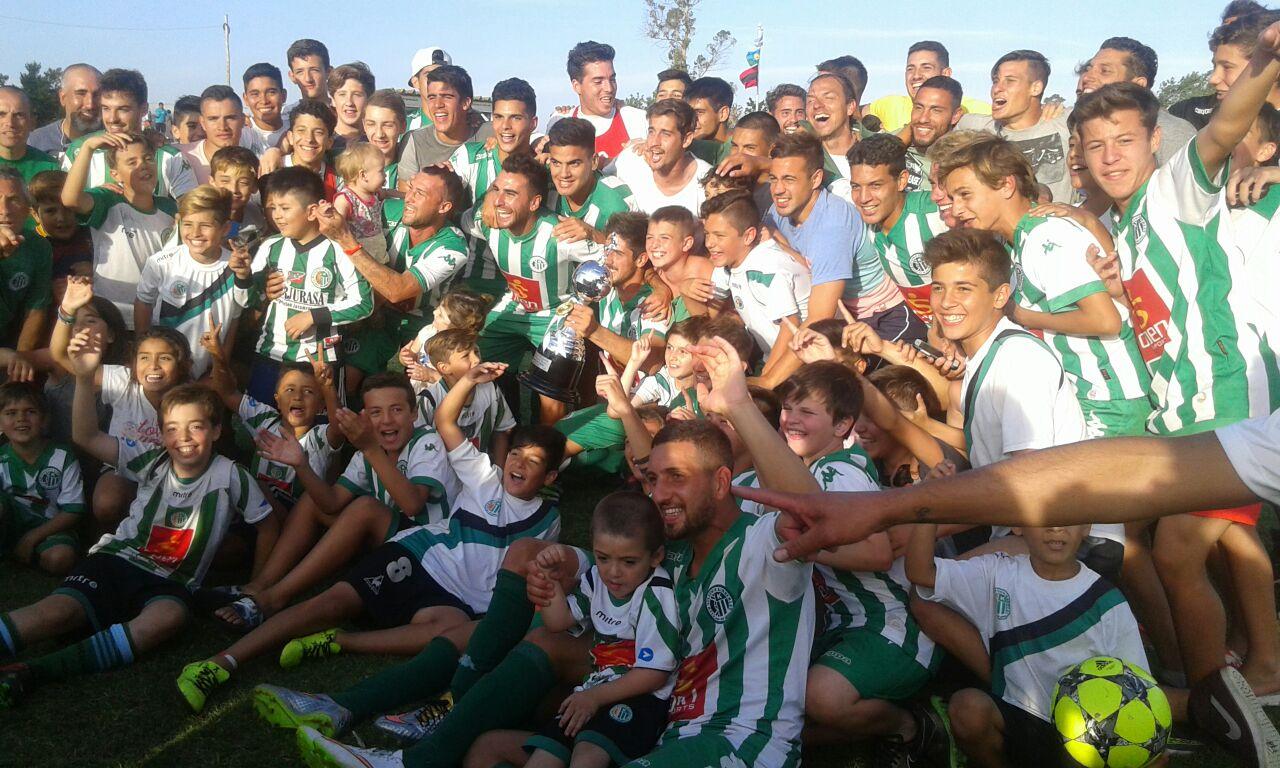 Kimberley celebra con la Copa en el medio, la obtención del Clausura.